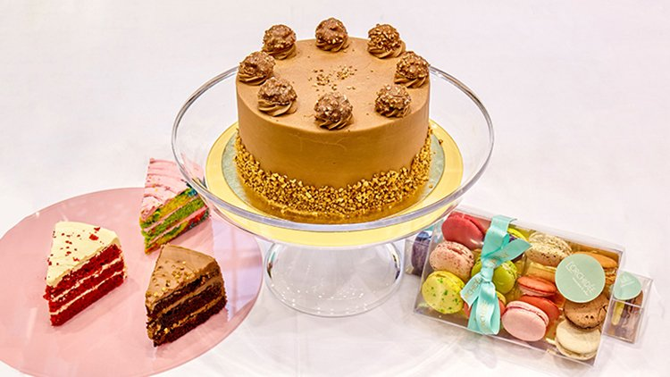 Admirable 4 Amazing Birthday Cakes To Get The Party Started Deliveroo Personalised Birthday Cards Veneteletsinfo